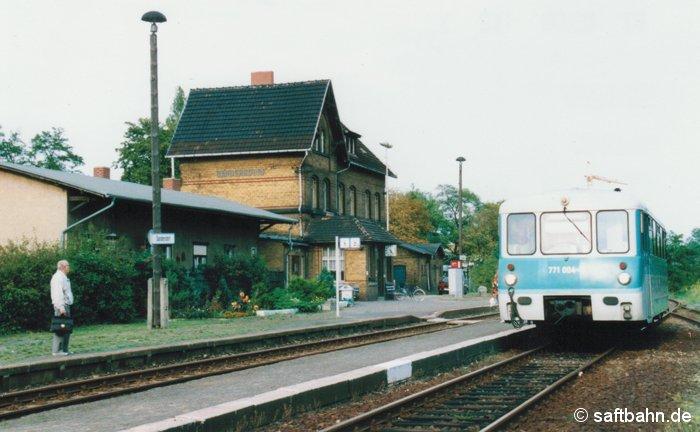 In Sandersdorf ist auf Bahnsteig 2 am 01.09.2000 Triebwagen 771 004-9 als Regionalbahn 37489 aus Bitterfeld eingefahren und muss nun den Gegenzug, in Form eines Triebwagens der Baureihe 628/928 aus Stumsdorf, abwarten. Erst nach dem Triebwagenhalt, durften Reisende aus Sicherheitsgründen den Bahnsteig 2 mit Querung des Gleises 1 betreten.