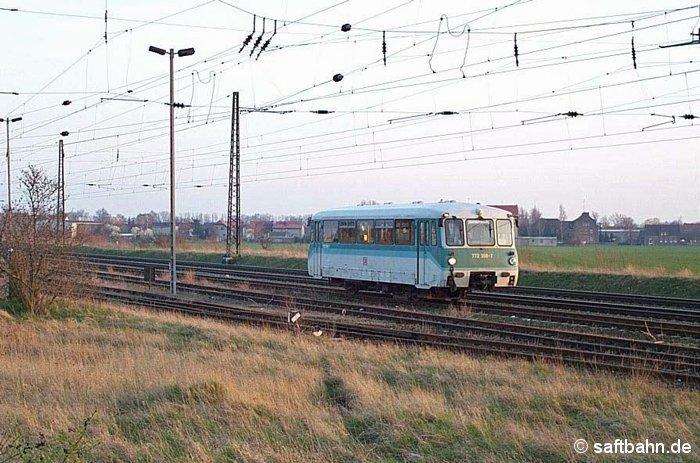 Nach den Regionalbahnleistungen auf der Saftbahn, wartet am Abend des 21.03.2002 die Solo-Ferkeltaxe 772 368-7 auf die Ausfahrt aus Gleis 3N als Lr 74548 Stumsdorf - Köthen.