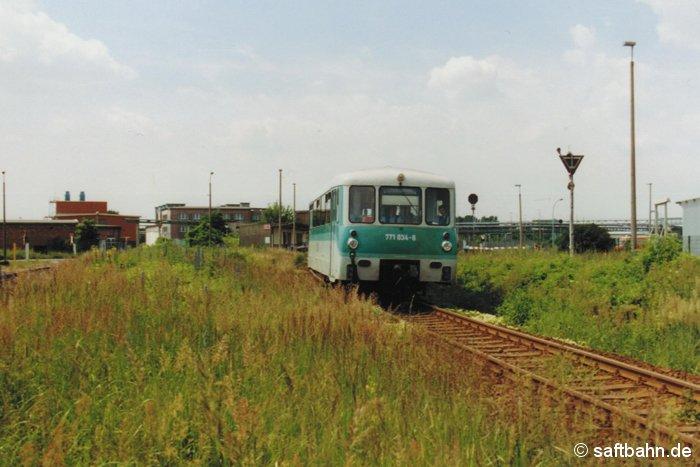 Mit kräftigen Gebrumm verlässt Triebwagen 771 034-6 am 30.06.2001 den Haltepunkt Grube Antonie in Bitterfeld Nord. Als Regionalbahn 37484 wird dieser in wenigen Minuten den Bahnhof Bitterfeld erreichen und sich auf die Rückfahrt nach Stumsdorf vorbereiten. Der Triebwagen ist nach der Ausmusterung im November 2002 und des anschließenden Verkaufs nach Rumänien bei der CFR - Caile Ferate Romane mit der Betriebsnummer 79-0118-4 unterwegs.