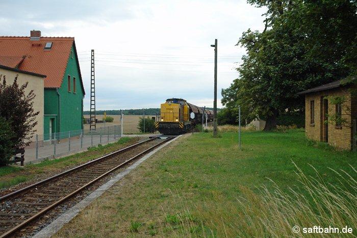 Einen im Bahnhof Bitterfeld übernommen Getreidezug, hat am frühen Abend des 15.07.2011 die V141 der Regiobahn Bitterfeld am Haken. Auf den Weg nach Zörbig quert dieser auch die Ortschaft Heideloh. Auch nach Einstellung des Personenverkehrs vor rund 10-Jahren, präsentiert sich der Haltepunkt mit seinem Bahnsteig in einem gepflegtem Zustand. Regelmäßig mäht ein Anwohner hier das Gras.