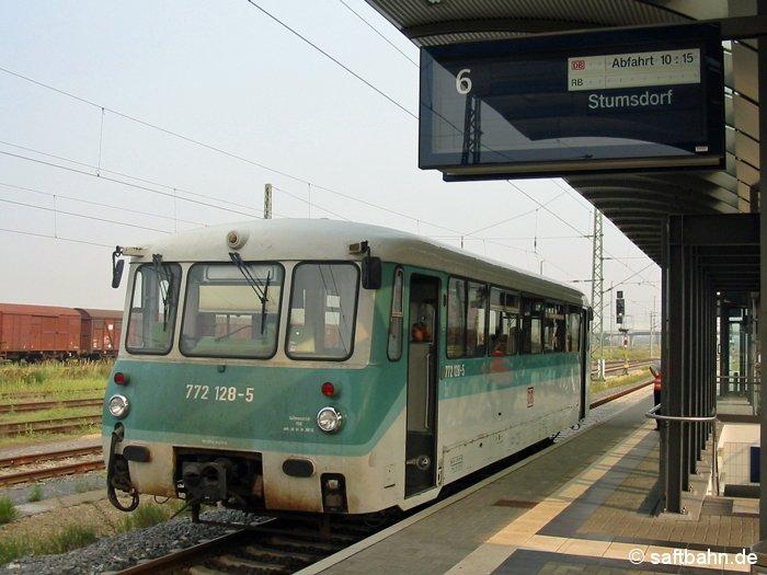 Die im Jahr 1968 gebaute Ferkeltaxe 772 128-5, war am 31.08.2002 für die Tagespendelfahrten auf der Saftbahnstrecke zuständig. Am Bitterfelder Bahnsteig 6 steht der Triebwagen zur Abfahrt nach Stumsdorf bereit. Der Triebwagen wurde nach der Ausmusterung am 19.11.2002 nach Rumänien an die CFR - Caile Ferate Romane verkauft.