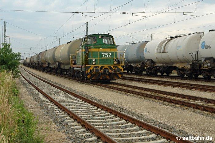 Die Biospritzüge von und nach Zörbig werden stets auf dem Bitterfelder Bahnhof an das mit dem Weitertransport beauftragte Bahnunternehmen übergeben. Am 19.07.2008 hat DE 752 den Leerzug aus der Raffinerie Vohburg übernommen und schiebt ihn nun nach Bitterfeld Nord. Die Zustellung des Leerzuges im Zörbiger Verbio-Werk erfolgte einen Tag später.