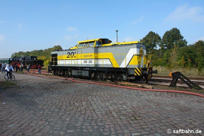 Anlässlich des 111. Bestehens der Saftbahn, welches am 27.09.2008 mit einem Streckenfest begangen wurde, gelangte auch 203 001-3 nach Zörbig. Abgestellt vor einem Prellbockgleis wartet sie auf den Einsatz am späteren Abend, um zwei Reisezugwagen nach Klostermansfeld zu überführen.