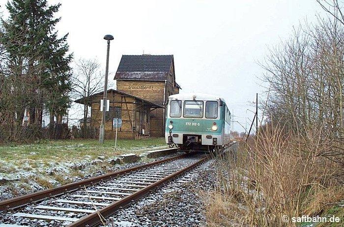 Durch Großzöberitz rumpelte am 22.12.2001 die Regionalbahn Stumsdorf-Bitterfeld in Gestalt vom 772 312-5.
