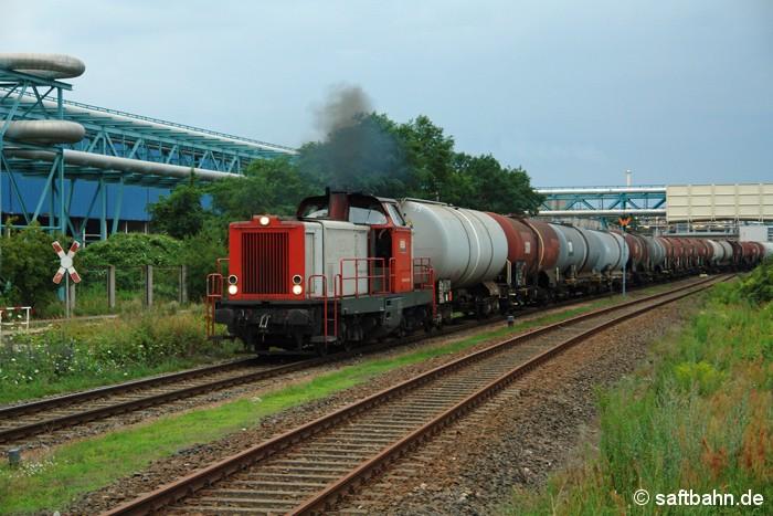 Am Abend des 13. Juli 2011 bringt Lok V133 der Regiobahn den Zörbiger Kraftstoffzug zum Bahnhof Bitterfeld. In Bitterfeld Nord verlässt dieser gerade den dortigen Rangierbahnhof, nachdem die Wagen verwogen wurden.