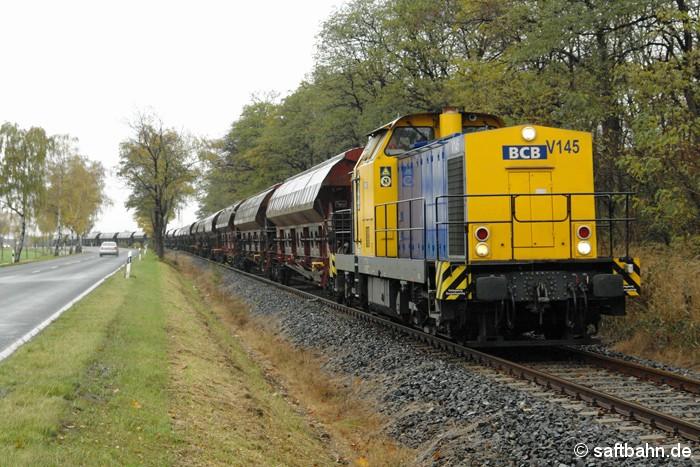Die von der Regiobahn Bitterfeld-Berlin an die Bayerische CargoBahn untervermiete V145,  gelangte am 22.10.2008 auf die Strecke nach Zörbig, um einen leeren Getreidezug nach Bitterfeld zu überführen. Bei Heideloh konnte der lange DB-Wagenzug mit Lok 293 504-7 abgelichtet werden.