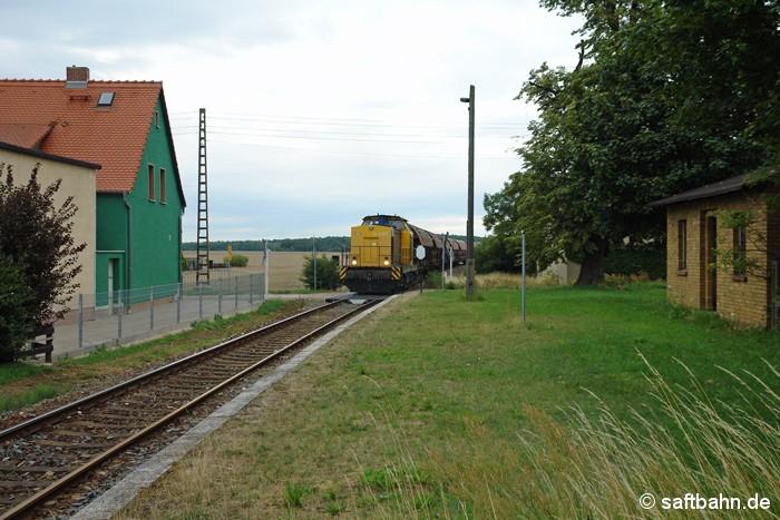 Getreide für den Industriealkohol: Den Ausgangsrohstoff beförderte am 15.07.2011 in Form eines Ganzzuges die  BR 293 der Regiobahn Bitterfeld-Berlin nach Zörbig. In Heideloh hatte V142 den einstigen Bahnhaltepunkt erreicht.