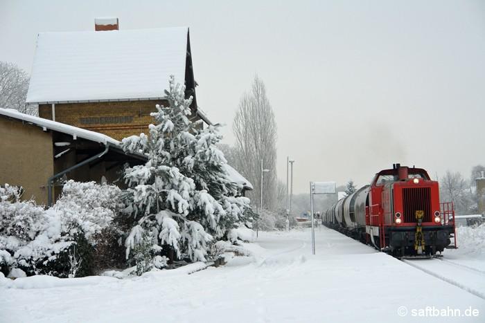 Durch die Tiefen des frisch gefallenen Schnee´s stampft in Sandersdorf am 08.01.2009 die RBB-Lok V133. Sie hat einen Getreideganzzug im Bahnhof Bitterfeld übernommen und traktioniert ihn zum Bioethanolwerk nach Zörbig