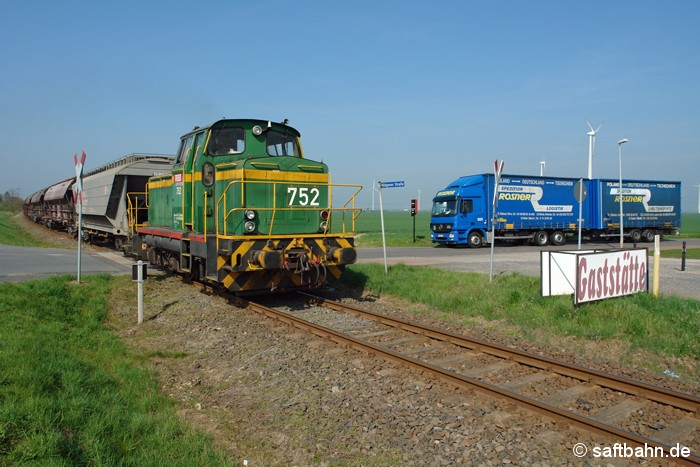 Schienengüterverkehr hat Vorrang: Zumindest war es so am 14.04.2009, als ein Getreidezug aus Zörbig mit DE 752 der Regiobahn Berlin Bitterfeld (RBB) den unbeschrankten Bahnübergang in Großzöberitz vor einem Lkw passierte.