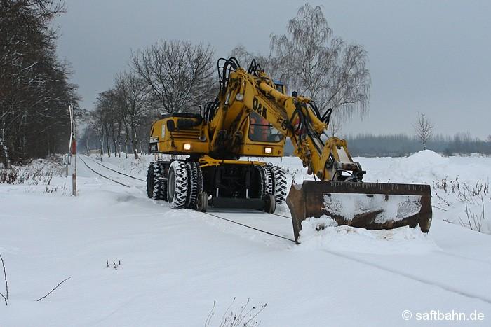 Eine Schneeräumfahrt der besonderen Art: Mit einem Zweiwegebagger musste am 29.12.2010 das Streckengleis der Saftbahnstrecke beräumt werden. Starker Schneefall und heftige Schneeverwehungen hatten das Bahngleis zugeschneit.