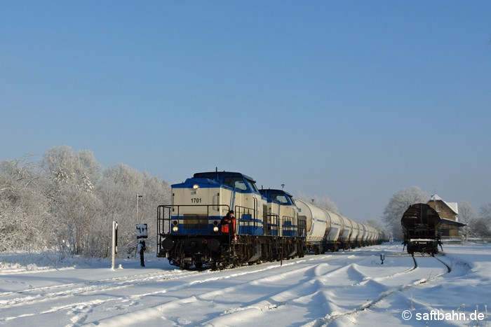 Bahnhof Zörbig: Einen Ganzzug mit tschechischen Mais rangierte am 08.01.2009 die beiden V100-Loks Nr. 1701 und 1702 der D&D Eisenbahngesellschaft für die Entladung im naheliegenden Gewerbegebiet zurecht.