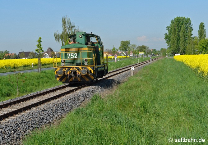 Vorbei an duftenden Rapsfeldern bei Großzöberitz, ist am 07.05.2008 Lok DE 752 unterwegs, welche die Regiobahn Bitterfeld damals für längere Zeit von der Dortmunder Eisenbahn angemietet hatte.  Die Lok brachte an dem Tag einen Leerkesselzug nach Zörbig.