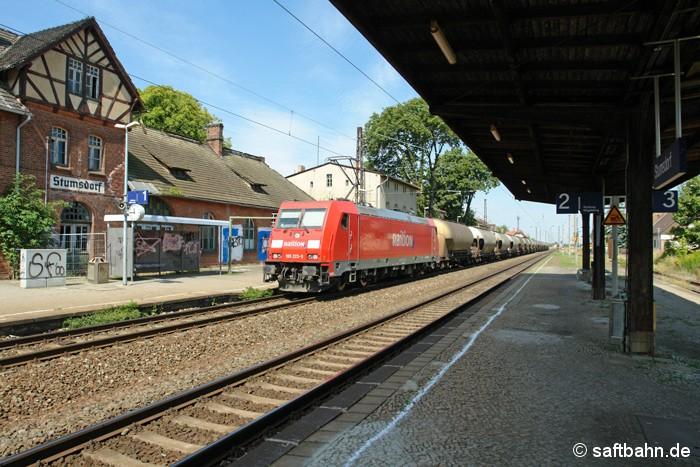 Als am 01.08.2009 ein DB Schenker Zug den Bahnhof Stumsdorf durchfuhr, waren Umbauarbeiten noch kein unmittelbares Thema. Der Bahnsteig 2/3 mit dem maroden Bahnsteigdach waren damls noch existent. Der Abriß und die Modernisierung der Bahnsteige erolgte erst in der Folgezeit. In 2019 wird Stumsdorf die alte Signal- und Sicherungstechnik verlieren und die zwei noch vorhanden Stellwerke geschlossen. Ein neues elektronisches Stellwerk wird dann den Betrieb regeln.