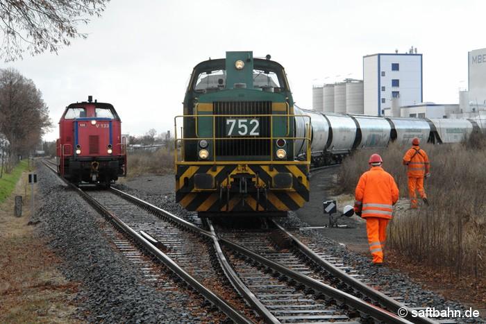 Gleich zwei Lokomotiven waren am 03.12.2007 nötig, um einen schweren Getreidezug vom Bitterfelder Bahnhof zum Gewerbepark nach Zörbig zu befördern. Lok V133 diente als Zuglok; DE 752 als Schiebelok. Mit vereinten Kräften schob sie den Agrozug ins Anschlussgleis des örtlichen Biospritherstellers MBE (heute Verbio).