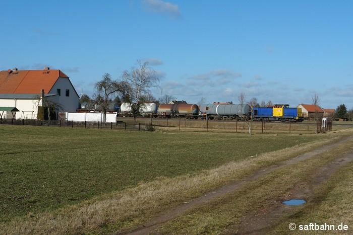 Frühling statt Winter im Dorfidyll: In Heideloh ist am 14.02.2014 RBB-Lok V142 mit einer kurzen Kesselwagengruppe aus Zörbig auf den Weg nach Bitterfeld Nord unterwegs.