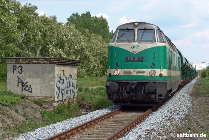Schotter für die Streckenertüchtigung vor 13 Jahren: ITL´s 118 001 hat am 08.06.2006 einen Ganzzug mit neuem Gleisschotter zur