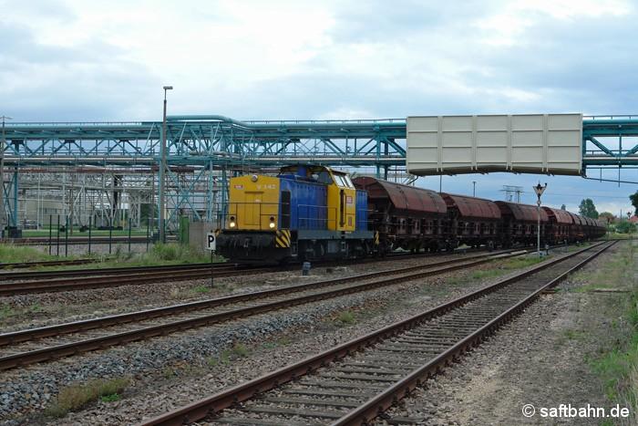 Mit einem Getreidezug aus Tschechien, fädelt sich am 15.07.2011 Lok V142 in Bitterfeld Nord auf die Saftbahnstrecke nach Zörbig ein. Den Zug hat die DB- Tochter Railion bis zum Bahnhof Bitterfeld traktioniert, welchen die Regiobahn Bitterfeld auf der letzten Meile zum Empfänger weiterfährt.