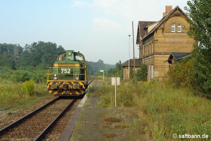 Einst wichtigster Bahnhof auf der Saftbahn-Linie; heute bedeutungslose Betriebsstelle: In Sandersdorf konnte am Morgen des 14.08.2007 die RBB-Leihlok DE 752 der Dortmunder Eisenbahn angetroffen werden. Sie kam aus Zörbig und hatte einige Wagen ins dortige Industriegebiet gefahren.