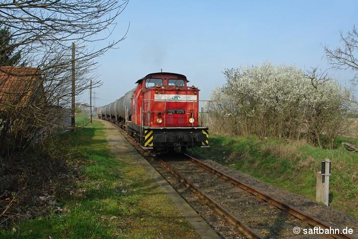 Leihweise war 106 005 der ITL-Eisenbahngesellschaft bei der Regiobahn Bitterfeld im Einsatz: Am 02.04.2014 war die V60 (Ost) Lok auf Durchfahrt in Großzöberitz, welche eine Wagengruppe aus Zörbig am Haken hatte.