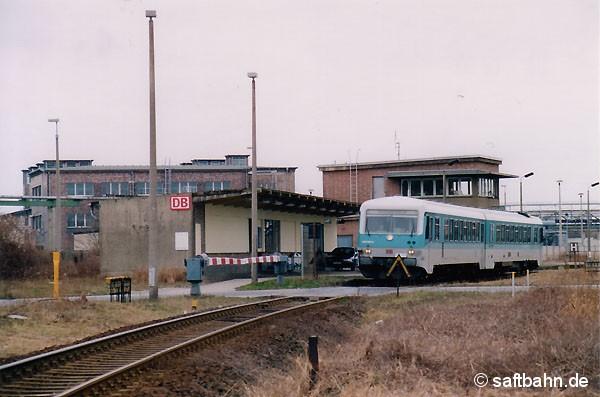 Ein- und Aussteigehalt in Grube Antonie. Den in Bitterfeld Nord gelegene Haltepunkt nutzten bis zur Einstellung des Personenverkehrs vor allem Schüler und Auszubildende der naheliegenden Berufsschulen. Am 12.03.2000 ist Triebwagen 628 595 aus Stumsdorf zum halten gekommen. Nach kurzem Halt geht es weiter zum Bahnhof Bitterfeld.