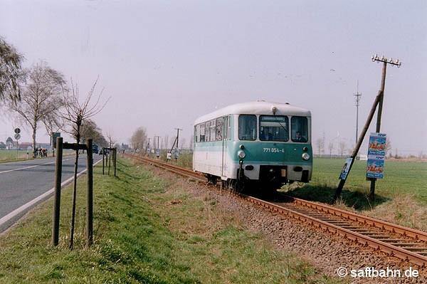 Telegrafenmasten als Plakathalter:  Triebwagen 771 054 als RB 37484 nach Bitterfeld, fährt am 26.04.2002 bei Heideloh an den zahlreichen Partei-Werbeplakaten der bevorstehenden Landtagswahl vorüber.  Die Wahl brachte einen  Regierungswechsel mit sich und damit auch das Aus für etliche Nebenstrecken im Land Sachsen-Anhalt. Darunter war leider auch die Saftbahnstrecke.
