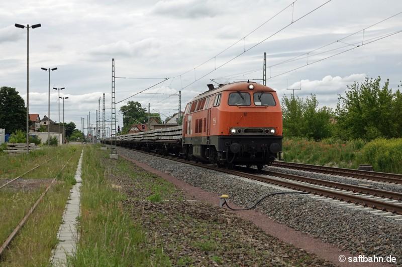 Als DGS 56218 Laußig - Bad Kleinen durchfährt am 31.05.2020 die mit einem Schwellenzug bespannte 225 100-7 (BBL 16) die rückgebauten Gleisanlagen im Bahnhof Stumsdorf. Auf dem einstigen Gleis 3 (Mitte) sind mit dem Bahnhofsumbau in 2019-2020 neue Oberleitungsmasten auf dem Schotteroberbau gesetzt worden. Das Gleis 3 samt Weichenverbindungen wurden  bis Oktober 2002 für den Schienenpersonennahverkehr genutzt und spielte auch betrieblich für die Triebwagenleerfahrten nach Halle/S. eine Rolle.